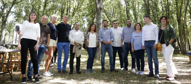 Los miembros del PSOE celebraron ayer su tradicional Fiesta de la Rosa en el Monte San Isidro. FERNANDO OTERO PERANDONES