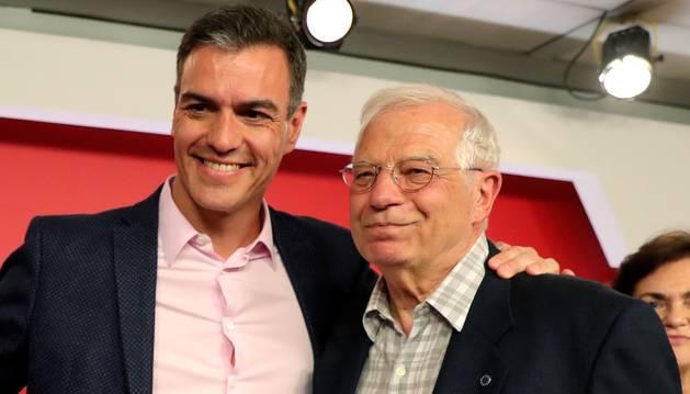 El presidente del Gobierno en funciones, Pedro Sánchez, y el candidato socialista a las elecciones europeas, Josep Borrell.