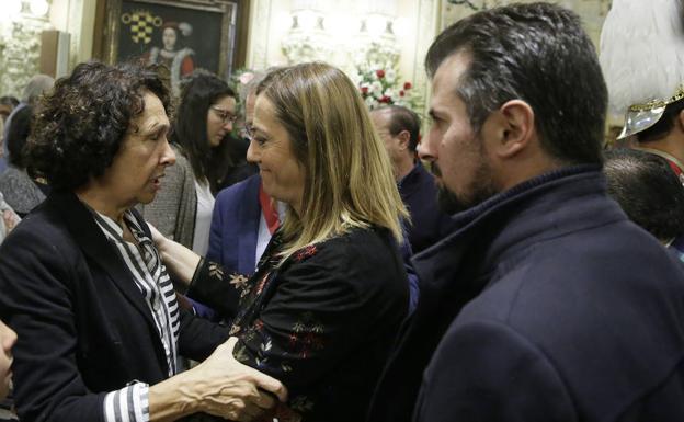 Virginia Barcones y Luis Tudanca saludan a la viuda de Rodríguez Bolaños, Irene Santamaría. /G. Villamil